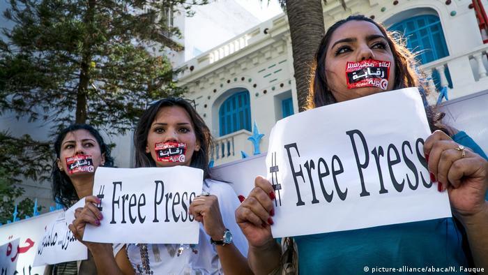 Jornalistas da Tunísia em greve protestam por liberdade de imprensa, após meses de tensões com o governo do país