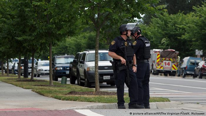 Police attend the scene of a shooting at Virginia Beach (picture-alliance/AP/The Virginian-Pilot/K. McKeown)