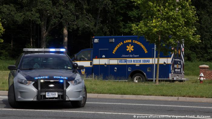 An ambulance turns on Nimmo Parkway following a shooting at the Virginia Beach Municipal Center on Friday, May 31, 2019, in Virginia Beach, Va. (picture-alliance/AP/The Virginian-Pilot/K. McKeown)