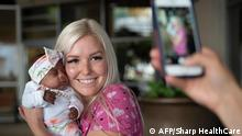 Servicedatum 31.05.2019 *** TOPSHOT - In this picture received by AFP from Sharp Mary Birch Hospital for Women & Newborns on May 29, 2019, shows a nurse holding baby Saybie, the world's smallest surviving newborn, on the day she was released from the NICU in San Diego, California. - A baby girl who weighed 245 grams and measured 23 cm became the smallest baby in the world, a US hospital reported after being discharged five months after being in intensive care. (Photo by HO / Sharp HealthCare. / AFP) / RESTRICTED TO EDITORIAL USE - MANDATORY CREDIT AFP PHOTO / Sharp HealthCare/HO - NO MARKETING NO ADVERTISING CAMPAIGNS - DISTRIBUTED AS A SERVICE TO CLIENTS