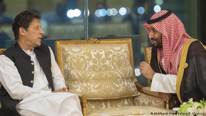 Crown Prince Mohammed bin Salman (R) of Saudi Arabia talking to Pakistan's Prime Minister Imran Khan