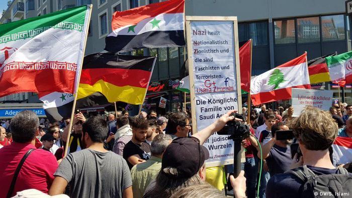 به گفته مخالفان، راهپیمایی روز قدس از سوی طرفداران ایران از جمله حزبالله لبنان سازماندهی میشود. گروههای طرفدار یهودیان در آلمان از دولت این کشور خواستند که حزبالله را در لیست گروههای تروریستی بگذارد و مانع از فعالیت این گروه شود.