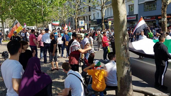 طرفداران روز قدس با پرچمهای فلسطین، ایران، لبنان، سوریه و آلمان در تظاهرات شرکت کرده بودند. مقامات مسئول اجازه حمل پرچمهای گروه حزبالله لبنان را به تظاهرکنندگان نداده بودند.