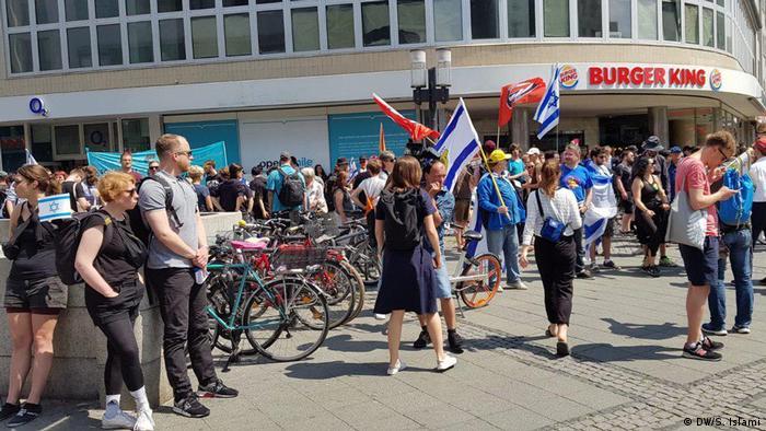 شعار محوری مخالفان روز قدس مخالفت با اسلامگرایی و یهودیستیزی بود. گروههای چپ و ضدفاشیستی از یک سو و نیروهای سیاسی میانه از سوی دیگر از جمله برگزارکنندگان این دو راهپیمایی بودند.