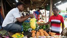Tanzania - Plastikbeutel auf dem Markt