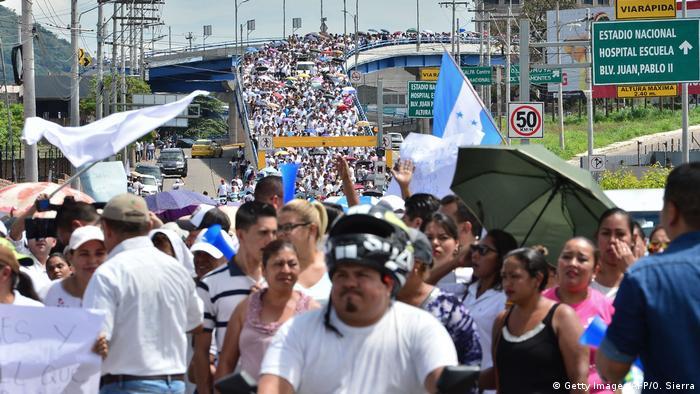 Honduras Tegucigalpa - Unterstützer von Juan Orlando Hernandez demonstrieren gegen Mitgliedes Gesundheitswesen (Getty Images/AFP/O. Sierra)