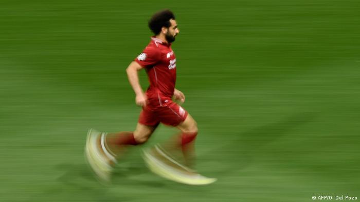 اهتمام عملاقي الكرة الإسبانية برشلونة وريال مدريد بمحمد صلاح يدفع ليفربول للبحث عن بدائل
