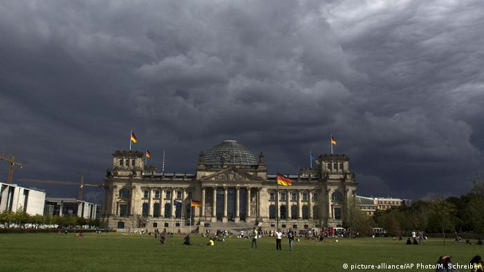 Nori negri deasupra Parlamentului german (picture-alliance/AP Photo/M. Schreiber)