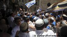 02.06.2019, Israel, Jerusalem: Israelis schwenken israelische Flaggen. Unruhen brachen aus, nachdem israelische Nationalisten die umstrittene Stätte besucht hatten, die von Juden als Tempelberg und von Muslimen als «edles Heiligtum» bezeichnet wird. Am Jerusalemtag feiert die jüdische Bevölkerung die Eroberung Ostjerusalems im Jahr 1967 und somit die Wiedervereinigung der Stadt. Foto: Mahmoud Illean/AP/dpa +++ dpa-Bildfunk +++ |