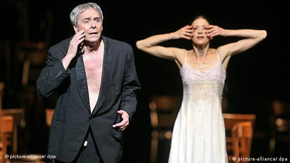 Джон Ноймайер танцует в постановке Die Stühle (Стулья) на музыку Рихарда Вагнера