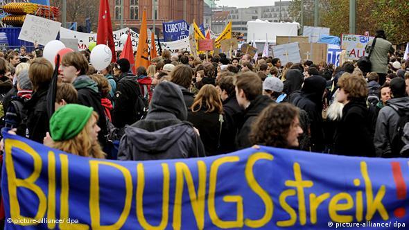 Demonstrierende Studenten in Berlin mit einem Banner - 'Bildungsstreik' (Foto: dpa)