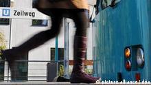 Eine Frau läuft am Freitag (09.10.2009) an der U-Bahn-Haltestelle Zeilweg in Frankfurt-Heddernheim zu einer U-Bahn. Erneut ist bei einem Streit in einer U-Bahn ein couragierter Streitschlichter schwer verletzt worden. An der Frankfurter U-Bahnstation hatten am Mittwoch (07.10.2009) drei junge, angetrunkene Frauen einen 51- Jährigen aus dem Zug gestoßen und brutal gegen seinen Oberkörper und Kopf getreten. Foto: Arne Dedert dpa/lhe +++(c) dpa - Report+++
