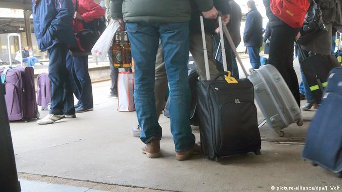 Immigration Menschen Koffer Ausreise Reise Symbolbild (picture-alliance/dpa/J. Wolf)