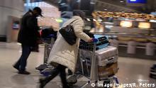 Immigration Menschen Koffer Ausreise Reise Symbolbild
