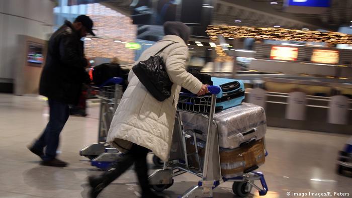 Immigration Menschen Koffer Ausreise Reise Symbolbild (Imago Images/R. Peters)