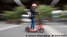 ARCHIV - 02.05.2019, Niedersachsen, Hannover: Eine Frau testet bei der «micromobility expo» auf der Messe Hannover einen E-Roller. E-Scooter, auch E-Tretroller oder Elektro-Tretroller genannt, gehören bereits in vielen Städten der Welt zum Verkehrsbild. Foto: Julian Stratenschulte/dpa +++ dpa-Bildfunk +++ | Verwendung weltweit