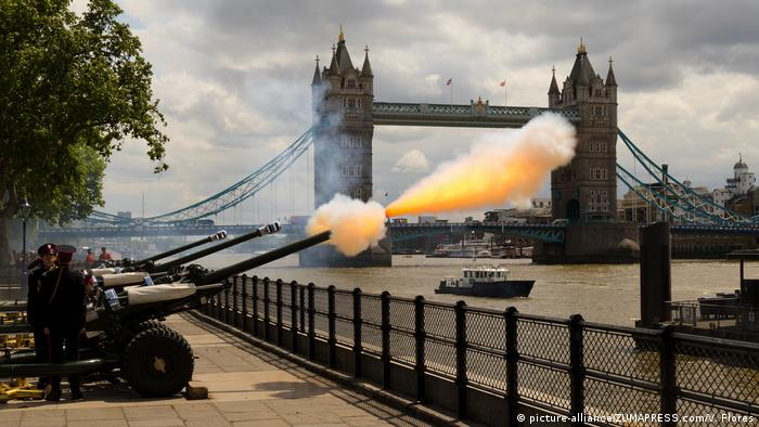 Gun salute at the Tower of London (picture-alliance/ZUMAPRESS.com/V. Flores)