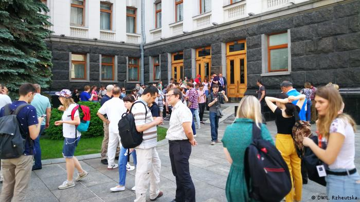 Журналісти чекали на брифінг Зеленського під Адміністрацією президента, однак він відбувався всередині