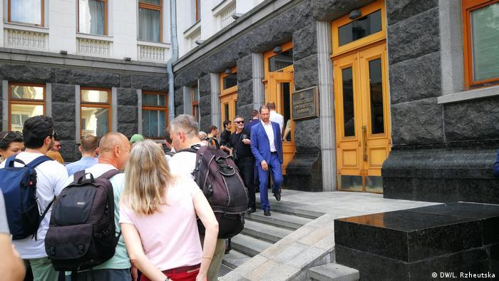 Дехто не хотів здавати на вході в Адміністрацію президента свій мобільний