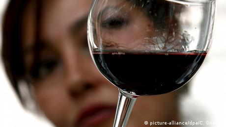 gepanschter Wein Glykolskandal Symbolbild (picture-alliance/dpa/C. Onorati)