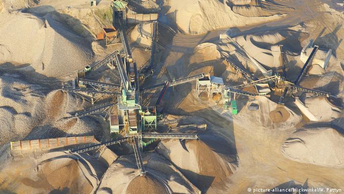 Belgien Sand- und Kiesabbau an der Grensmaas