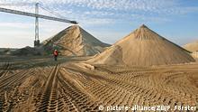 Blick auf eine Halde aus feinem Sand in der CEMEX Kies Rogätz GmbH, aufgenommen am 24.10.2008. Jährlich werden hier rund 500 000 Tonnen Sand und Kies abgebaut. Die bedeutendsten Kies und Sandlagerstätten Ostdeutschlands befinden sich entlang der Elbe nördlich von Magdeburg. Der Abbau des weltweiten Rohstoffs Nummer eins ist in Deutschland flächendeckend nötig. Foto: Peter Förster/lah (zu Korr.-Bericht lah Steinreicher Osten - Umweltschutz kritisiert Kies- und Sandabbau vom 27.10.2008) +++(c) dpa - Report+++ | Verwendung weltweit