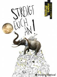 Plakat des Moers Festivals 2019: ein Elefant steht auf einem Berg aus Schrott und streckt seinen Rüssel nach dem Mond aus