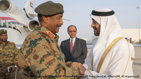 BG Sudan Proteste General Abdel Fattah Al Burhan mit dem Kronprinz von Abu Dhabi (picture-alliance/AP Photo/Ministry of Presidential Affairs/M. Al Hammadi)