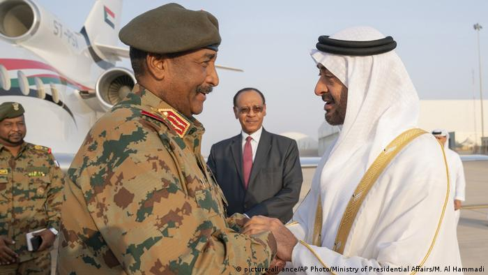 General Abdel Fattah Al Burhan shakes hands with the Crown Prince of Abu Dhabi (picture-alliance/AP Photo/Ministry of Presidential Affairs/M. Al Hammadi)