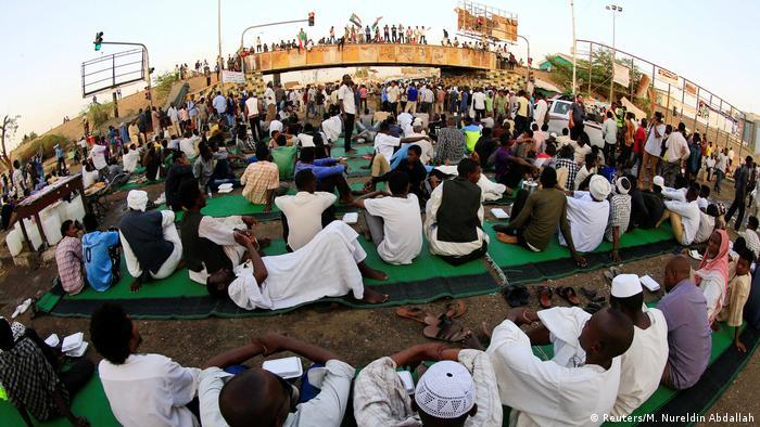 BG Sudan Proteste Sitzblockade vor dem Verteidigungsministerium in Khartoum (Reuters/M. Nureldin Abdallah)