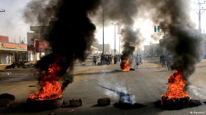 Brennende Autoreifen in Khartum (Reuters)