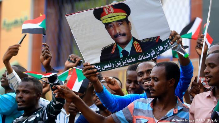 Anhänger des Militärrats unter General Abdel Fattah al-Burhanbei einer Kundgebung Ende Mai in Sudans Hauptstadt Khartum (Foto: Getty Images/AFP/A. Shazly)