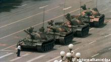 ARCHIV - 05.06.1989, China, Peking: Ein chinesischer Mann stellt sich auf dem Changan Blvd. am Tiananmen, dem Platz des Himmlischen Friedens, einem Konvoi von Panzern entgegen. Auf dem Platz des Himmlischen Friedens in Peking erinnert heute nichts an den blutigen Militäreinsatz vom 4. Juni 1989 mit Hunderten Toten. Am 30. Jahrestag des Massakers wird es vollkommen still sein. Öffentliches Gedenken wird in China im Keim erstickt. Das Jahr 1989 ist in China bis heute ein Synonym für Unterdrückung und Blutvergießen. Foto: Jeff Widener/AP/dpa +++ dpa-Bildfunk +++  