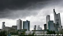 Dunkle Regenwolken hängen über der Skyline von Frankfurt am Main