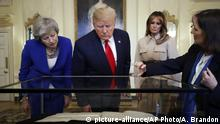 London Trump und May begutachten United States Declaration of Independence