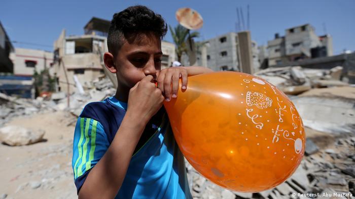 Gazastreifen Eid al-Fitr Junge mit Luftballon Ruine