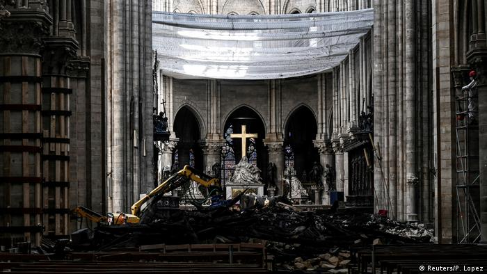 Trying to reconstruct Notre Dame in Paris: with a bulldozer in the interior (Reuters/P. Lopez)