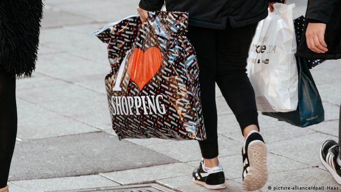 Магазини роздрібної торгівлі більше не зможуть пропонувати клієнтам пластикові пакети