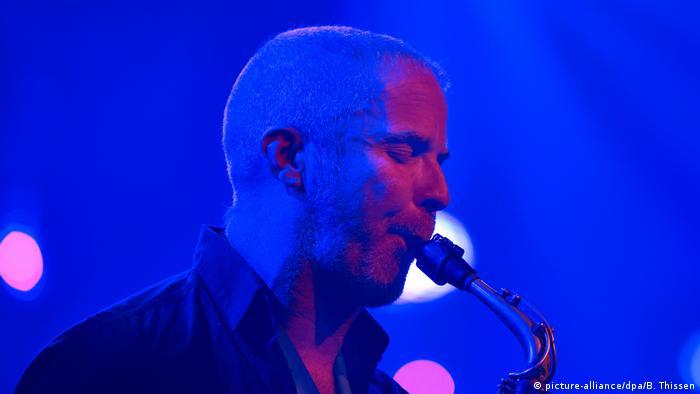 Der neuseeländische Saxofonist Hayden Chisholm (picture-alliance/dpa/B. Thissen)