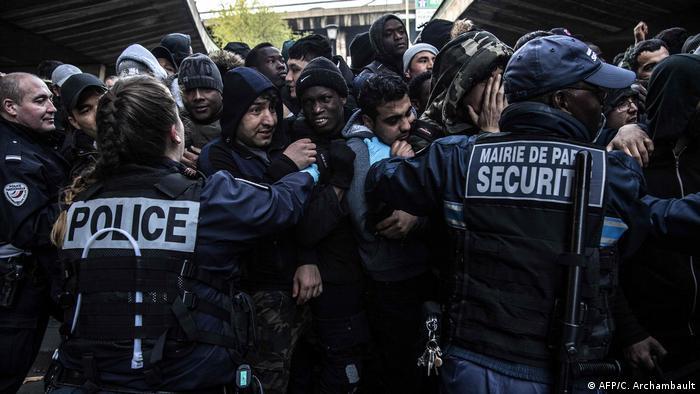 Francuska policija gura migrante