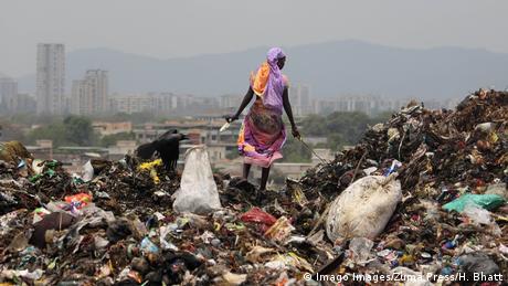 BdTD Indien Müllberg in Mumbai (Imago Images/Zuma Press/H. Bhatt)