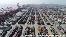 Handelskonflikt USA - China ARCHIV - 23.04.2017, China, Shanghai: Containerdock im Tiefwasserhafen Yangshan. Ungeachtet der laufenden Handelsgespräche mit China haben die USA die Sonderzölle auf Einfuhren aus dem Reich der Mitte in der Nacht zum 10.05.2019 mehr als verdoppelt. (zu dpa Eskalation in Handelskrieg: USA erhöhen Zölle auf Importe aus China) Foto: Ding Ting/Xinhua/AP/dpa +++ dpa-Bildfunk +++ |