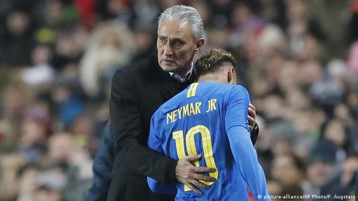 Fußball Brasilien Tite und Neymar (picture-alliance/AP Photo/F. Augstein)