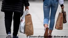 ARCHIV - 22.03.2019, Berlin: Zwei Frauen mit Einkaufstaschen gehen über eine Straße in der Innenstadt. Am 26.03.2018 wird die Konsumklimastudie der GfK veröffentlicht. Foto: Monika Skolimowska/ZB/dpa +++ dpa-Bildfunk +++ | Verwendung weltweit