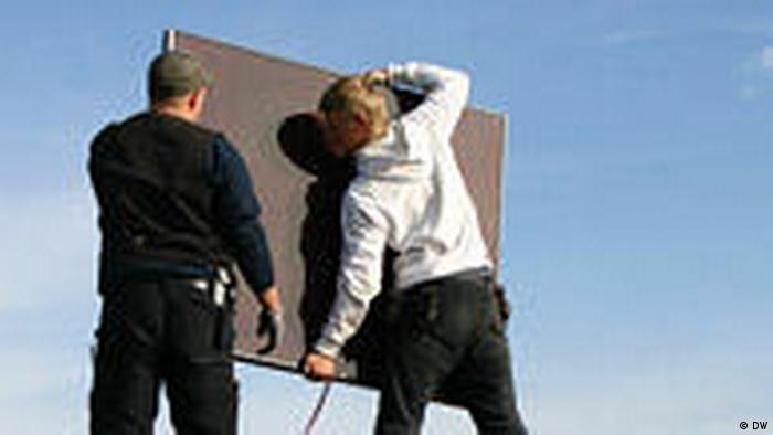 Deutschland Solar-Panels werden auf einem Dach in Lindlar installiert (DW)