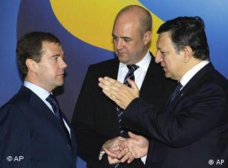 Presiden Rusia Dmitri Medvedev (kiri), PM Swedia Fredrik Reinfeldt (tengah) dengan Presiden Komisi UE Jose Manuel Barroso di Stockholm, Swedia (18/11)