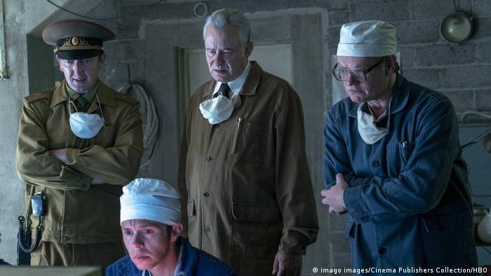 Щербина та Легасов (в центрі і ліворуч) стежать за ліквідацією наслідків аварії на ЧАЕС - кадр із серіалу Чорнобиль