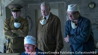 Щербина и Легасов (в центре и слева) следят за ликвидацией последствий аварии на ЧАЭС - кадр из сериала Чернобыль