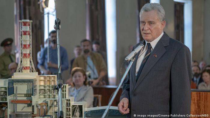 Стеллан Скарсгорд в роли Бориса Щербины, выступающего на суде над виновниками аварии на ЧАЭС - кадр из сериала