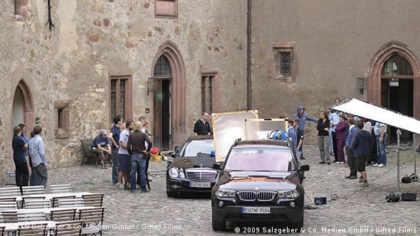 На съемочной площадке фильма ''Подростковая злоба'' (''Teenage Angst'') во внутреннем дворе замка